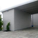 Carport med förråd och stenläggning